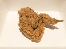 Pollo frito curruscante en una caja del Libro Blanco Fotos de archivo