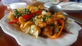 Pollo frito curruscante, habas fritas curruscantes, sofritas con las diversas verduras en un plato blanco fotos de archivo