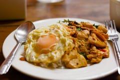 Pollo frito de la albahaca y huevo frito Foto de archivo