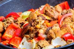 Pollo frito en la cacerola Foto de archivo
