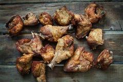 Pollo frito en la tabla Imagen de archivo libre de regalías