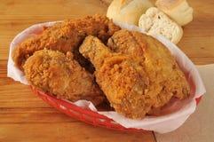 Pollo frito en una cesta Fotografía de archivo