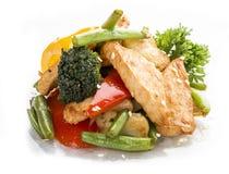 Pollo, frito en WOK con las verduras en salsa de soja foto de archivo libre de regalías