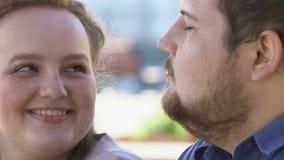 Pollo frito femenino gordo sonriente del novio que trata, nutrición malsana almacen de metraje de vídeo