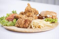 Pollo frito, hamburguesa y patatas fritas Imágenes de archivo libres de regalías