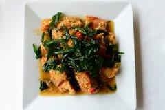 Pollo frito picante con las hojas de la albahaca Fotografía de archivo libre de regalías