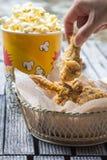 Pollo frito y palomitas Imagen de archivo