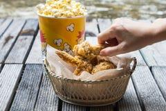 Pollo frito y palomitas Foto de archivo