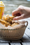 Pollo frito y palomitas Fotos de archivo libres de regalías