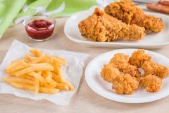 Pollo frito y patatas fritas curruscantes foto de archivo libre de regalías