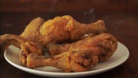 Pollo fritto caduto nel piatto stock footage