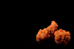 Pollo fritto caldo e piccante sul nero Fotografia Stock Libera da Diritti