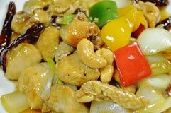 Pollo fritto con l'anacardio e la cipolla della fetta sul piatto fotografia stock