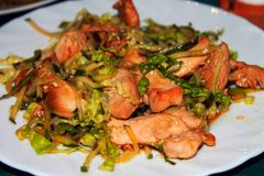 Pollo fritto con le erbe immagine stock