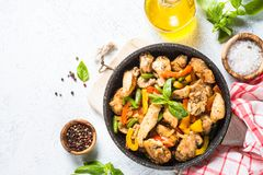 Pollo fritto con le verdure fotografia stock libera da diritti