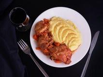 Pollo fritto con le verdure sotto salsa con le patate smahsed Fotografia Stock