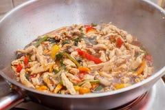 Pollo fritto con le verdure in una padella immagini stock