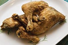 Pollo fritto della casa su una zolla Fotografie Stock Libere da Diritti
