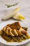 Pollo fritto e cicoria in salsa Fotografia Stock Libera da Diritti