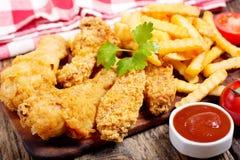 Pollo fritto e patate fritte immagini stock