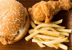 Pollo fritto ed hamburger con le patate fritte immagine stock libera da diritti