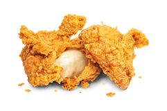 Pollo fritto isolato su priorit? bassa bianca Fritto nel grasso bollente di alimenti a rapida preparazione croccanti Percorso di  fotografie stock libere da diritti
