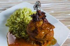 Pollo fritto messicano con salsa piccante e riso verde Fotografie Stock