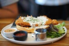 Pollo fritto nel grasso bollente con la cialda con besciamella servendo tartaro fotografia stock