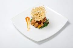 Pollo fritto in salsa agrodolce con le patate fritte Immagini Stock
