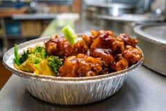 Pollo general de las TSO de las comidas chinas con las verduras Imagen de archivo libre de regalías