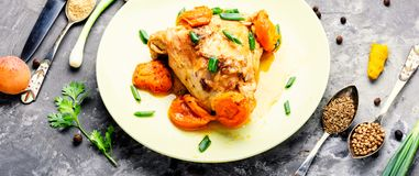 Pollo guisado en albaricoques Fotos de archivo