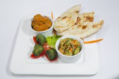 Pollo Harialy Kabab, curry di masala di Tikka del pollo, verdura indiana della miscela di stile, Nan normale e vassoio di insalat Fotografia Stock Libera da Diritti