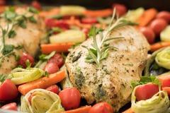 Pollo hecho en casa con los tomates y el espárrago de cereza Imagen de archivo