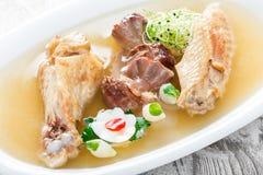 Pollo hecho en casa de la jalea adornado con verdes y huevos en la placa en cierre de madera del fondo para arriba Fotografía de archivo libre de regalías
