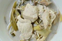 Pollo hervido con el flor del plátano de la rebanada en sopa de la leche de coco en el cuenco Fotos de archivo