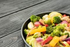 pollo Horno-cocido con bróculi, pimienta, la cebolla y la albahaca Imagen de archivo