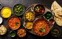Pollo indio de la mantequilla del curry de la comida, Palak Paneer, Chiken Tikka, Biryani, curry vegetal, Papad, Dal, Palak Sabji imágenes de archivo libres de regalías
