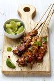 Pollo Kebabs con calce ed il peperoncino rosso Fotografia Stock Libera da Diritti