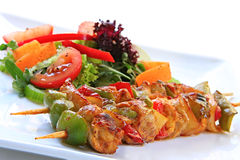 Pollo Kebabs ed insalata Immagini Stock