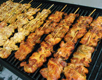Pollo Kebabs en parrilla Foto de archivo