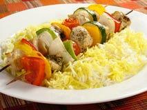 Pollo Kebabs y arroz Imágenes de archivo libres de regalías