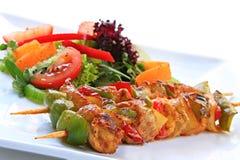 Pollo Kebabs y ensalada Imagenes de archivo