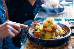 pollo Lento-cocinado con las pasas, almendras, cebollas y asperjado con el s?samo, tagine marroqu? imagen de archivo libre de regalías