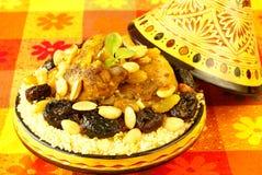 Pollo marocchino con le prugne e le mandorle immagini stock libere da diritti