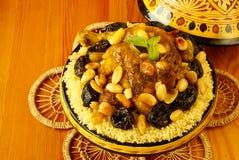 Pollo marroquí con los ciruelos y las almendras Fotos de archivo libres de regalías