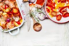 Pollo Mediterraneo con le verdure variopinte e polvere dolce della paprica in casseruola, preparazione su spirito di legno bianco fotografia stock