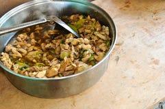 pollo Mescolare-fritto con i peperoncini rossi e le cipolle. Immagine Stock