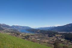 Pollo Mountain View al lago Millstatt in primavera Fotografia Stock