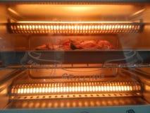 Pollo nella micro onda per preparare griglia immagini stock libere da diritti