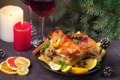Pollo o pavo con los limones, las naranjas, las cales y las especias en fondo de la Navidad y del Año Nuevo Foto de archivo